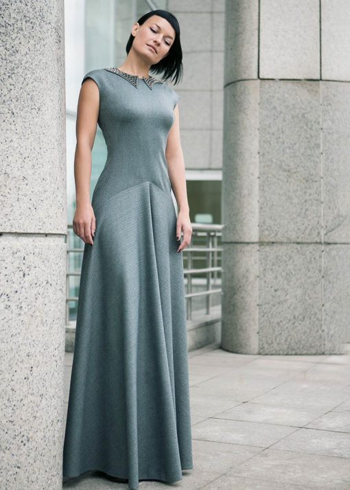 Длинное платье с декоративным воротником