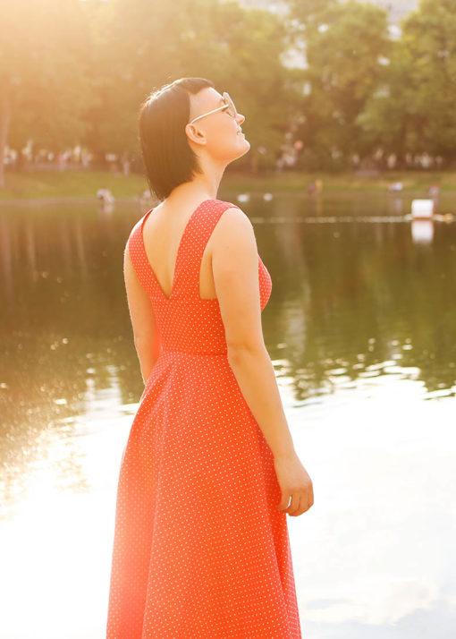 Красное платье в горох вид2