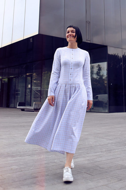 Нежно-голубое клетчатое платье