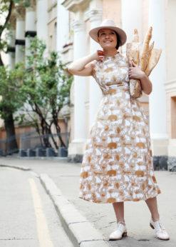 Песочное платье с принтом