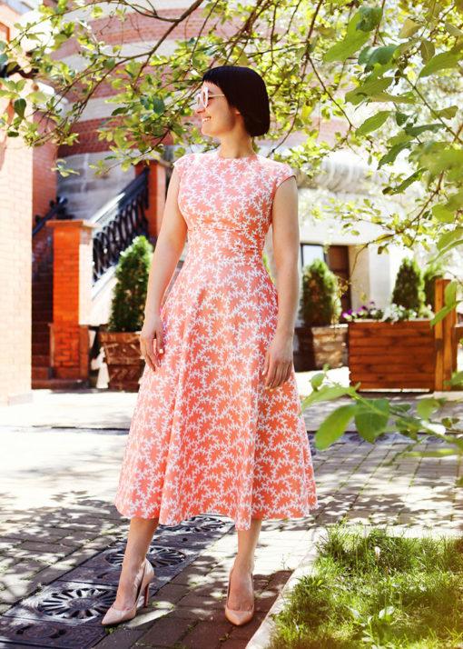 Коралловое платье с принтом