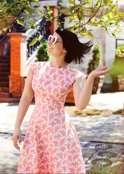 Коралловое платье с принтом вид2