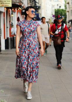 Платье с сине-красным принтом