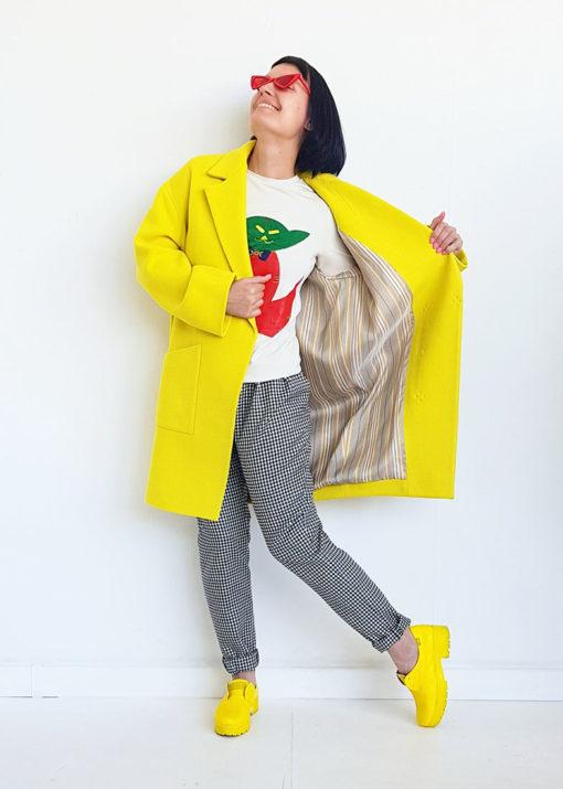 Желтое свободное пальто вид3
