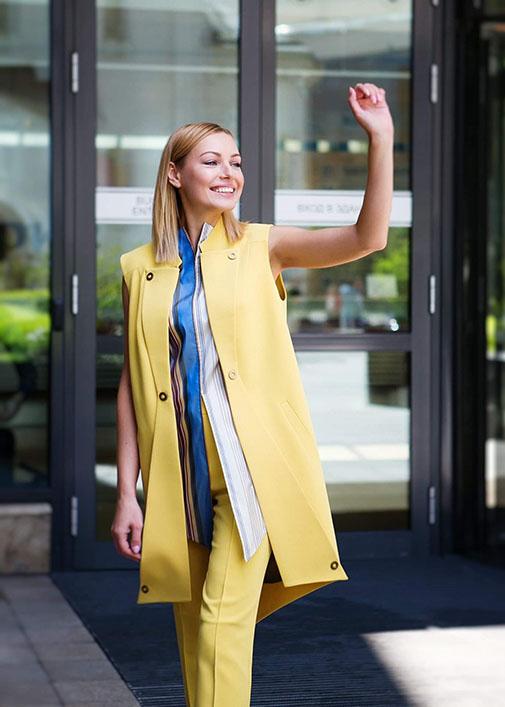 Желтый длинный жилет