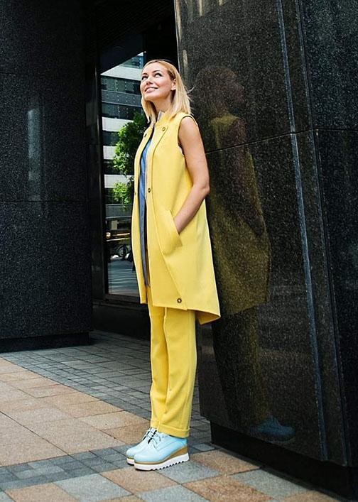 Желтый длинный жилет вид3